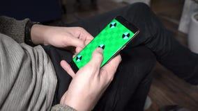 Bello a casa facendo uso dello smartphone Primo piano di una mano degli uomini che tiene un telefono cellulare con uno schermo ve stock footage