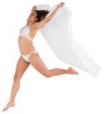 Bello castana in asciugamano bianco della tenuta del bikini Immagini Stock