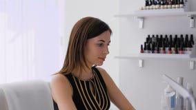 Bello castana facendo un manicure in una stanza luminosa archivi video