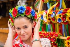Bello castana negli attributi ucraini fotografie stock