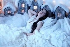 Bello castana in un vestito bianco nell'interno d'annata Immagine Stock