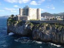 Bello castello con una casa luminosa a Castro-Urdiales, Immagini Stock Libere da Diritti