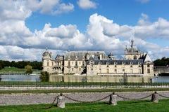Bello castello di Chantilly dal fiume immagini stock libere da diritti