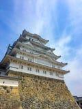 Bello castello giapponese con il fondo del cielo blu immagini stock