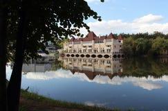 Bello castello sulle rive del lago pittoresco Fotografie Stock Libere da Diritti