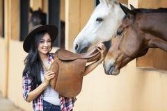 Bello cavaliere della donna al ranch del cavallo Fotografia Stock