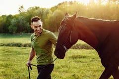 bello cavallo e giovane sugli alberi verdi del fondo fotografie stock