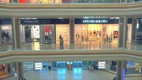 Bello centro commerciale moderno interno, vista dall'elevatore stock footage