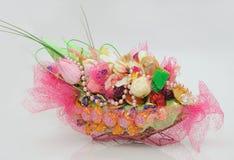 Bello cestino con le caramelle ed i fiori Fotografia Stock