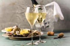 Bello champagne delle ostriche e di vetro dell'aperitivo sulla Tabella festiva fotografia stock libera da diritti