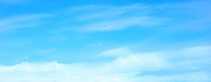 Bello cielo blu con il fondo lanuginoso bianco delle nuvole fotografie stock