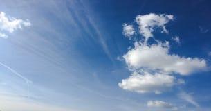 Bello cielo blu con la priorità bassa delle nubi Si apanna il cielo blu Cielo con il blu della nuvola della natura del tempo dell fotografia stock libera da diritti