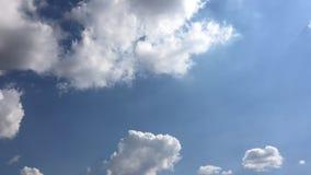 Bello cielo blu con la priorità bassa delle nubi Si apanna il cielo blu Cielo con il blu della nuvola della natura del tempo dell stock footage