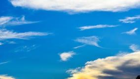 Bello cielo blu con le nubi bianche fotografie stock