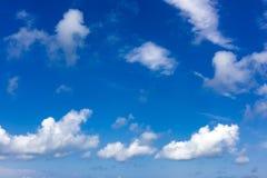 Bello cielo blu con le nuvole immagini stock