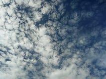 Bello cielo blu con le nuvole immagini stock libere da diritti