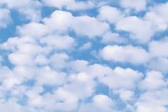 Bello cielo blu con le nuvole lanuginose bianche Cenni storici naturali del cielo fotografia stock