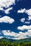 Bello cielo blu e montagne verdi fotografia stock