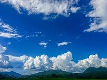 Bello cielo blu e nuvole bianche sulla montagna nel giorno immagini stock libere da diritti