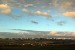 Bello cielo blu e nuvole bianche vaghe e di rosa al tramonto immagini stock