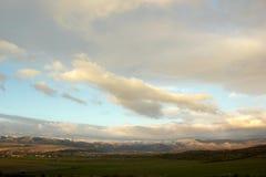 Bello cielo blu e nuvole bianche vaghe e di rosa al tramonto fotografia stock