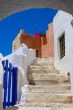Bello cielo blu e vecchia scala in Santorini Fotografia Stock Libera da Diritti