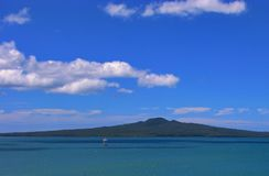 Bello cielo blu sopra l'isola di rangitoto a Auckland, Nuova Zelanda fotografia stock