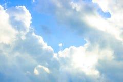 Bello cielo blu triste con le nuvole lanuginose nel giorno di pace di mattina di estate come fondo immagine stock
