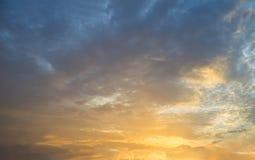 Bello cielo blu variopinto con il fondo di formazione della nuvola Fotografia Stock