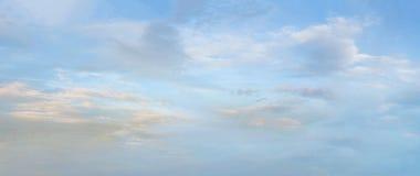 Bello cielo blu variopinto con il fondo di formazione della nuvola Immagini Stock Libere da Diritti