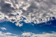Bello cielo con allontanarsi delle nuvole Fotografie Stock Libere da Diritti