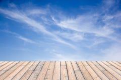 Bello cielo con il pavimento di legno Immagine Stock
