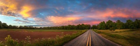 Bello cielo con la strada campestre immagini stock