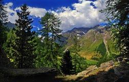 Bello cielo con le nuvole e le montagne delle alpi Italia della valle d'Aosta Fotografia Stock Libera da Diritti