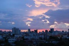 Bello cielo di sera nella grande città fotografie stock