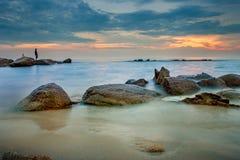 Bello cielo di tramonto alla spiaggia del rumphung di mae la maggior parte del travelin popolare Immagine Stock Libera da Diritti