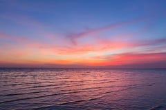 Bello cielo dopo il tramonto sopra la costa di mare Fotografie Stock