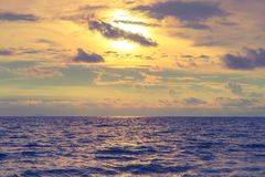 Bello cielo dorato drammatico con l'oceano porpora dell'ombra Fotografia Stock Libera da Diritti