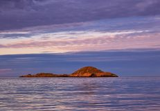 Bello cielo e riflessione di tramonto sul mare calmo immagini stock libere da diritti