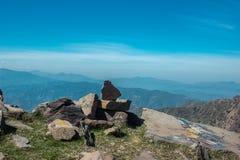 Bello cielo e rocce equilibrate sopra il tiro arial delle montagne fotografia stock libera da diritti