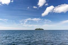 Bello cielo, mare con l'isola Fotografie Stock