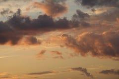 Bello cielo misterioso con riempimento della nube Immagine Stock