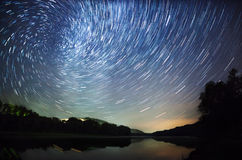 Bello cielo notturno, la Via Lattea, tracce della stella e gli alberi Immagini Stock Libere da Diritti