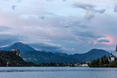 Bello cielo nuvoloso del paesaggio fantastico di sera fotografia stock