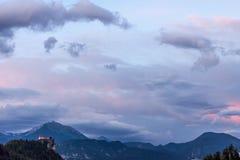 Bello cielo nuvoloso del paesaggio fantastico di sera fotografia stock libera da diritti