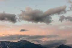 Bello cielo nuvoloso del paesaggio fantastico di sera immagine stock libera da diritti