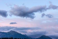 Bello cielo nuvoloso del paesaggio fantastico di sera immagine stock