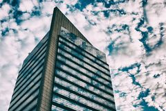 Bello cielo nuvoloso riflesso su costruzione corporativa Fotografie Stock