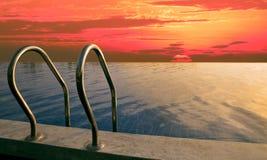 Bello cielo su tempo oscuro alla piscina Fotografia Stock Libera da Diritti