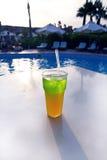 Bello cocktail delizioso su una tavola vicino allo stagno alla località di soggiorno Immagini Stock Libere da Diritti